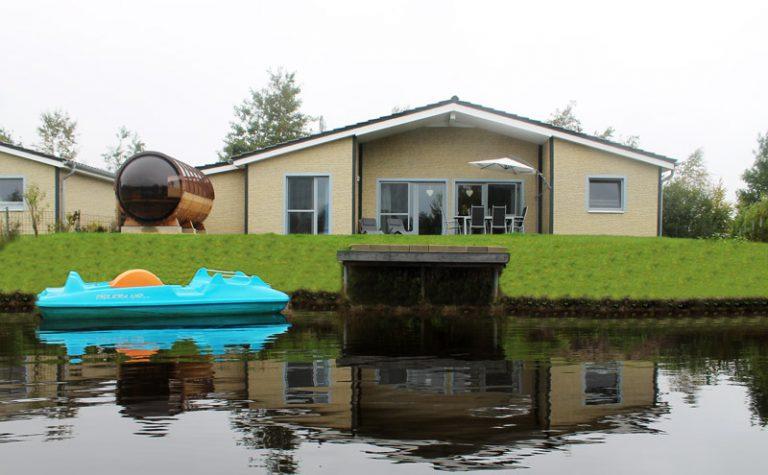 ferienhaus deluxe rueckseite_mit_sauna_und_tretbootIMG_1803